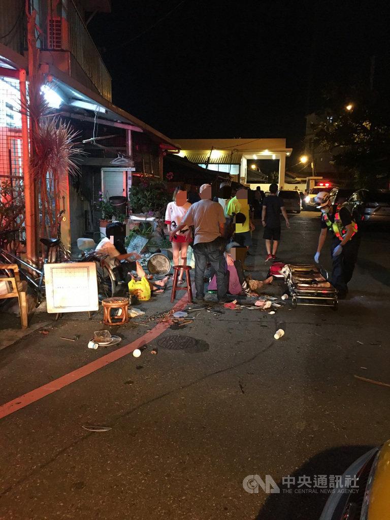花蓮市進豐街1日晚間發生計程車疑似倒車踩油門失控,衝撞正在路邊烤肉的民眾,造成3人擦挫傷送醫。(民眾提供)中央社記者張祈傳真 109年10月1日