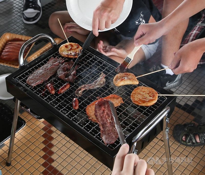 台北市政府動物保護處提醒,別把烤肉或人用食物餵毛小孩,像月餅、柚子等,否則可能引發寵物腸胃炎、胰臟炎等狀況。(中央社檔案照片)