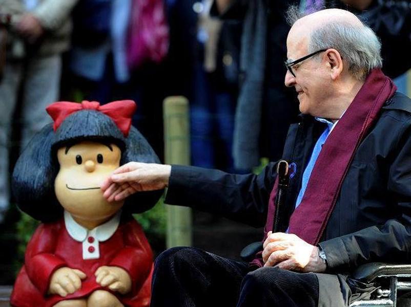 阿根廷漫畫大師季諾辭世,享壽88歲,生前創作出人氣漫畫角色瑪法達(Mafalda)。圖為季諾生前曾與瑪法達像合影。(圖取自facebook.com/MafaldaDigital)