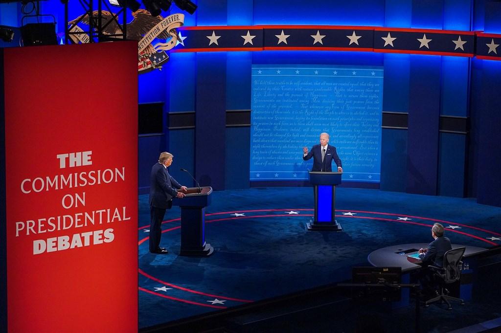 台灣感染科醫師指出,確診武漢肺炎的美國總統川普(左)可能在總統辯論時就具有傳染力,同場的民主黨總統候選人拜登(後)或許有必要採檢。(圖取自facebook.com/joebiden)