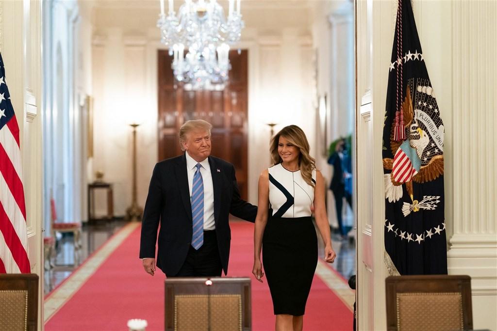 美國總統川普(左)1日證實自己與第一夫人梅蘭妮亞確診罹患武漢肺炎。(圖取自facebook.com/WhiteHouse)