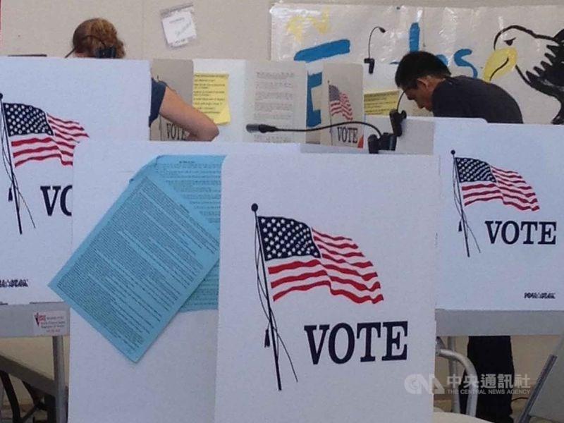 美國大選邁入倒數一個月,將由74歲的現任總統川普與77歲的前副總統拜登角逐第59屆總統大位。圖為2016年美國總統大選投票。(中央社檔案照片)