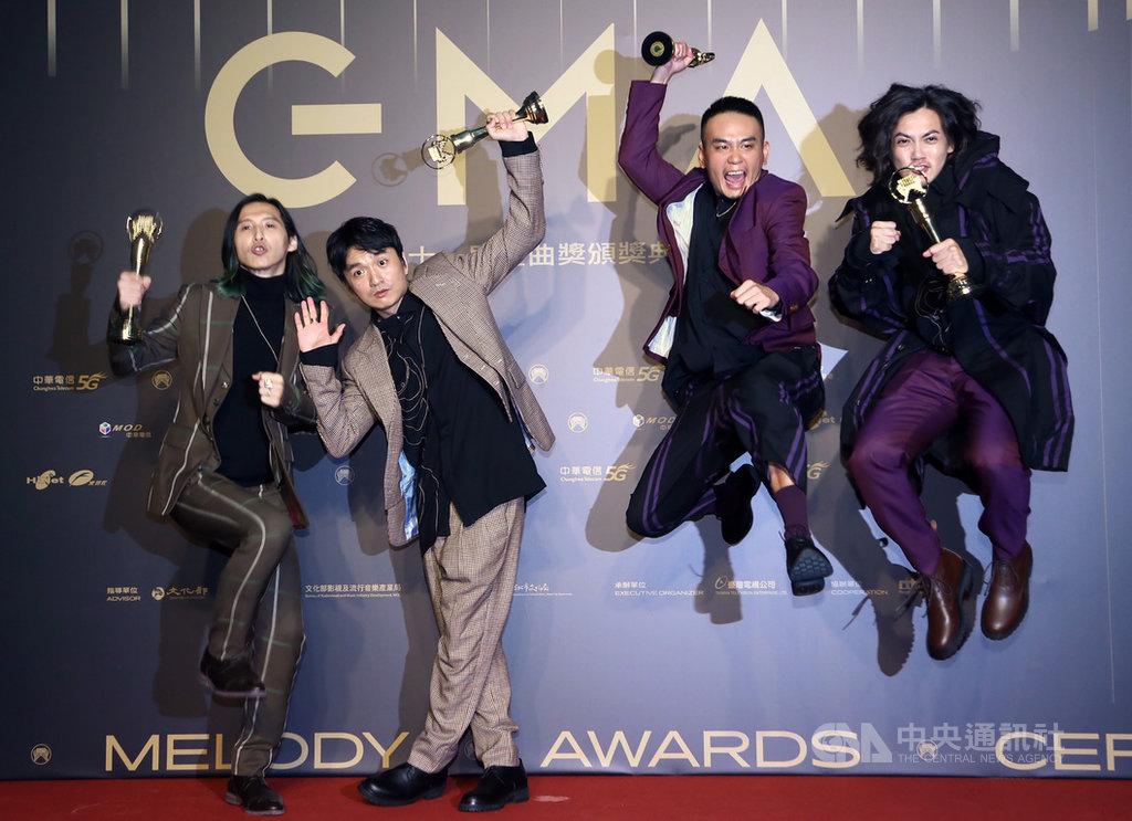 第31屆金曲獎頒獎典禮3日晚間在台北流行音樂中心盛大登場,樂團滅火器拿下本屆最佳樂團獎,在後台開心留影。中央社記者王騰毅攝 109年10月3日