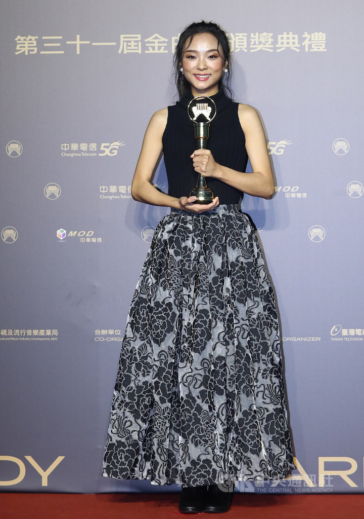 第31屆金曲獎頒獎典禮3日晚間在台北流行音樂中心舉行,最佳作曲人獎由余佩真(圖)拿下,頒獎後在後台開心抱著獎座留影。中央社記者王騰毅攝 109年10月3日