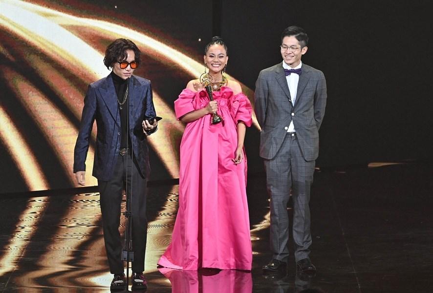 歌手阿爆(中)3日以「感謝」奪下第31屆金曲獎年度歌曲,她表示,這首歌是獻給守護大家的醫護人員,希望大家在日常的時候善待他們。(台視提供)