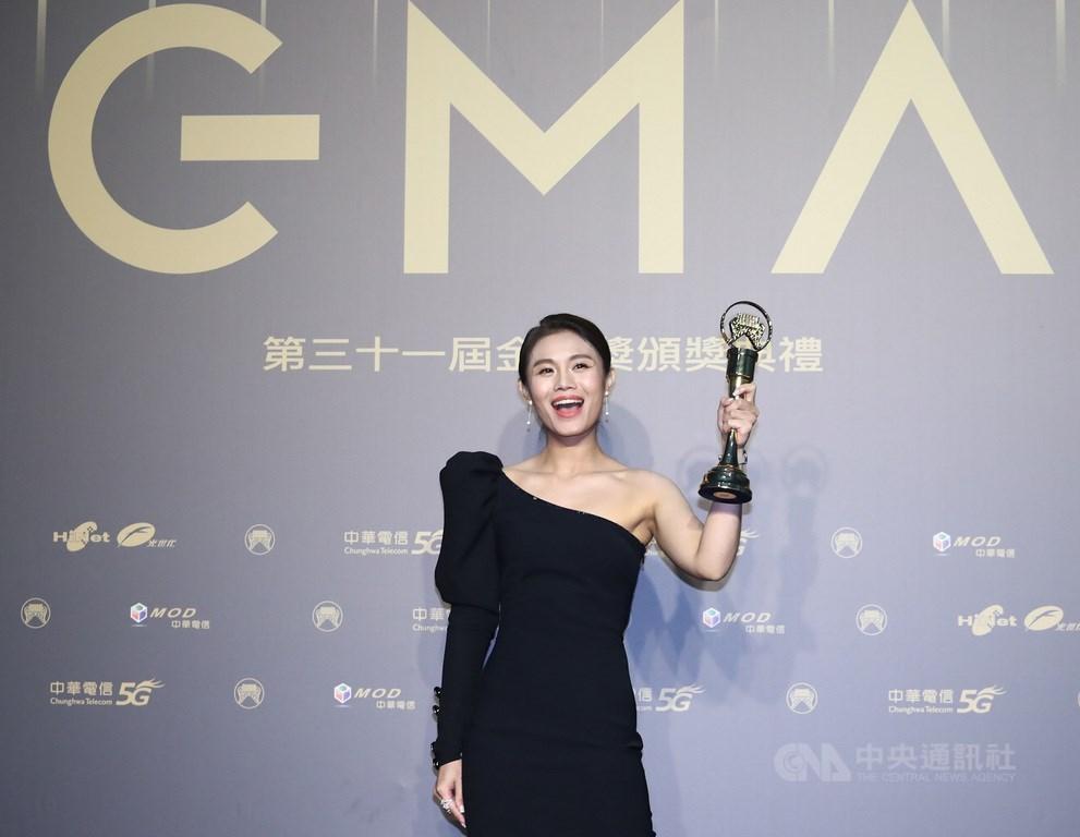 第31屆金曲獎3日晚間頒獎,歌手朱海君奪下最佳台語女歌手獎,成為新科台語歌后,在後台開心高舉獎座。中央社記者王騰毅攝 109年10月3日