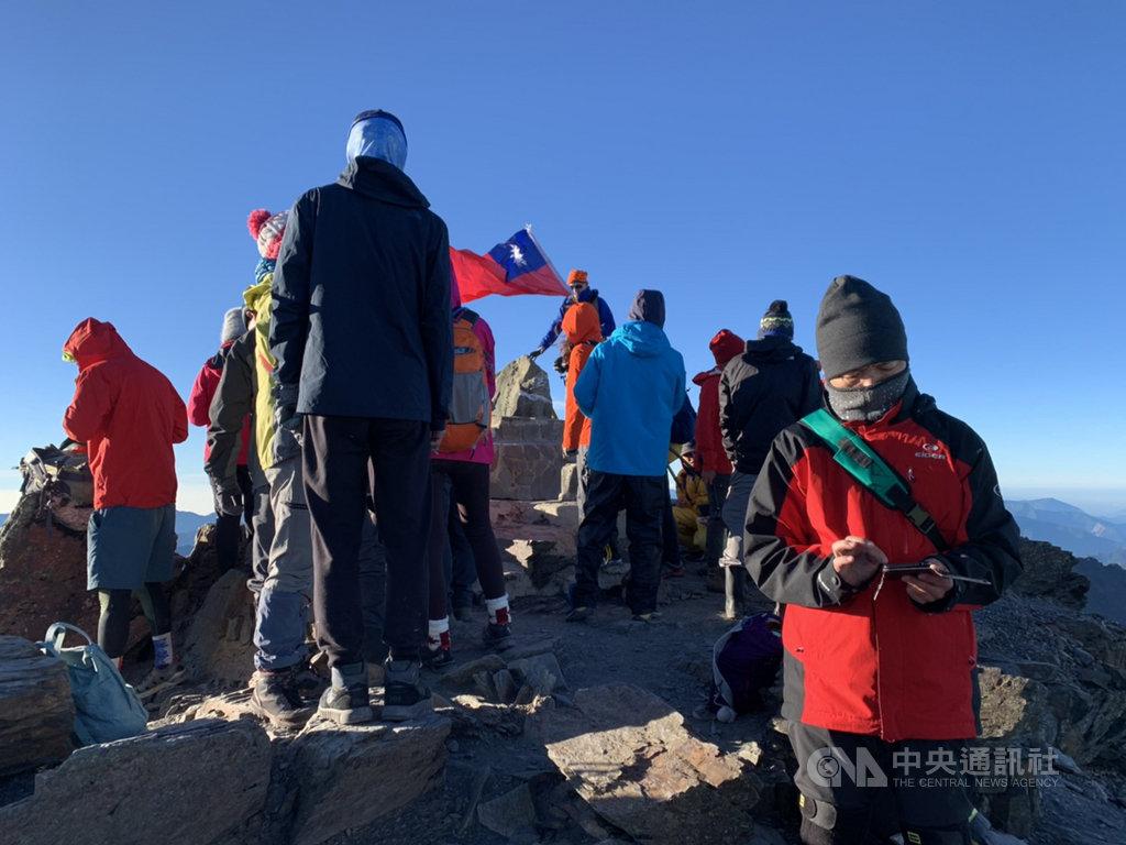 「玉山單攻」每天限額60人,為維護公平性,今年起進一步試辦抽籤制;由於往返約21.8公里,對人員高山適應及體能考驗極大,單攻者上午10時前若未扺達排雲山莊,須折返下山。圖為登山者圍繞玉山主峰。(玉管處提供)中央社記者蕭博陽南投縣傳真 109年10月4日