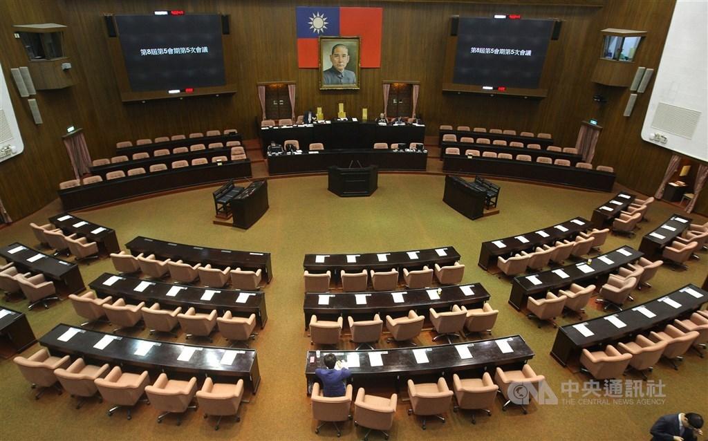 立法院修憲委員會將於6日院會通過名單後正式啟動,目前朝野最有共識的提案,莫過於18歲公民權,共有9案。(中央社檔案照片)