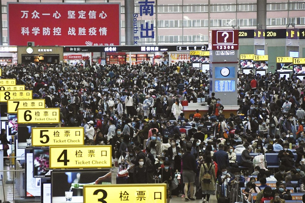 前中國工信部長、現任全國政協經濟委員會副主任苗圩15日坦承,中國已經走出了「人口紅利期」,且2022年將進入「深度老齡化社會」。圖為北京南站十一長假擠滿人潮。(共同社)