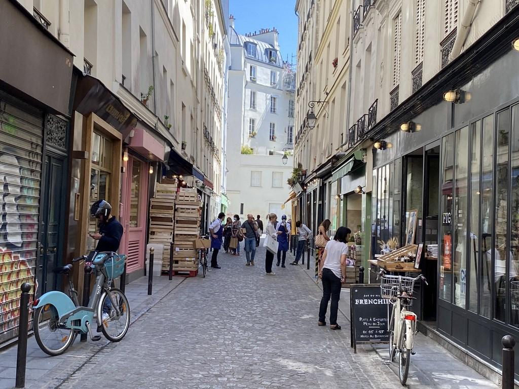 法國總理辦公室4日宣布,面對武漢肺炎確診數飆升,首都巴黎將進入「最高警戒」,酒吧、咖啡廳停止營業至少15天。圖為5月巴黎街頭景象。(中央社檔案照片)