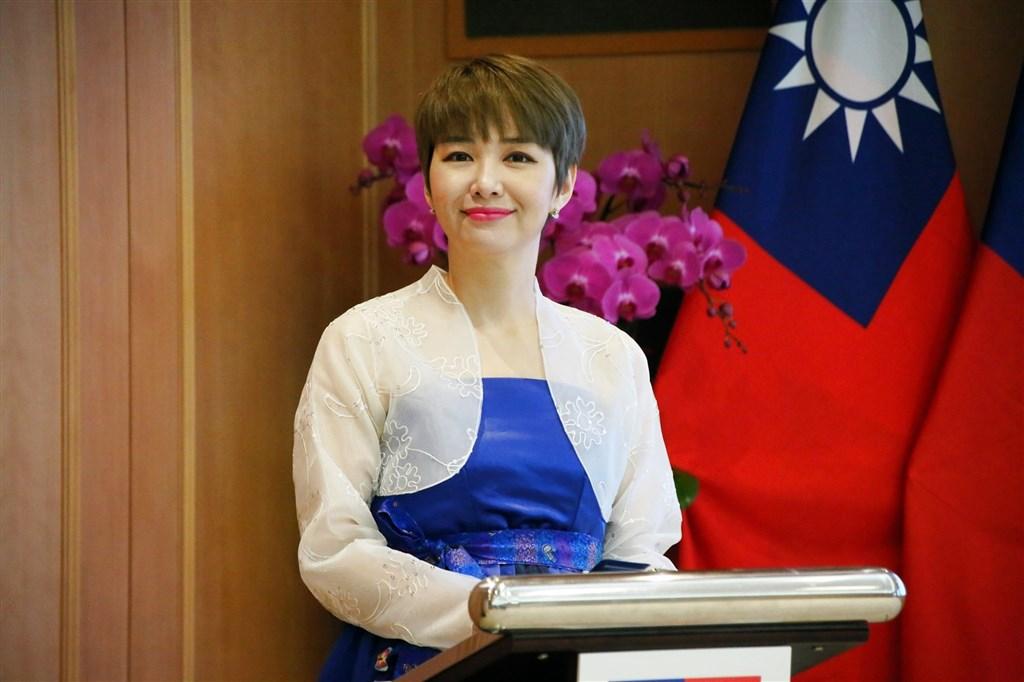 國慶大典延續往例,除了台裔的主持人外,另一位主持人為新住民,是來自韓國、行政院人事行政總處韓語講師魯水晶(圖)。(圖取自facebook.com/Mstranscrystal)