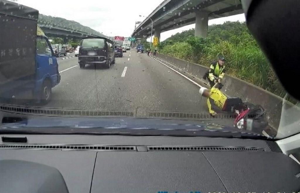 國道一號北向36.4公里處5日有一輛普通重型機車騎上國道蛇行遭撞,國道警發現後冒險上前救人因而擦挫傷,事件更導致多車連環撞。(翻攝畫面)中央社記者王鴻國傳真 109年10月5日
