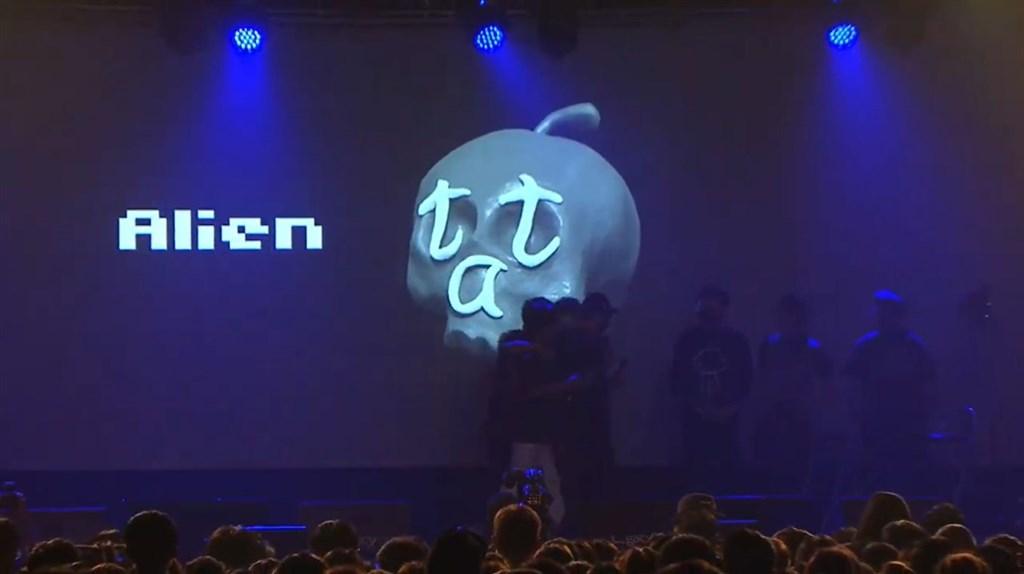 藝人小鬼黃鴻升9月16日猝逝,唱片公司10月6日晚間為他舉辦「地球上最浪漫的演唱會」追思音樂會。(圖取自黃鴻升 Alien Huang YouTube頻道網頁youtube.com)