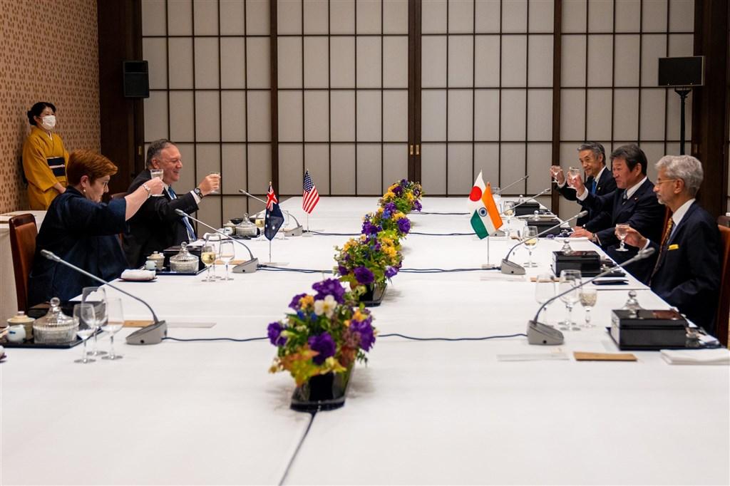 美國、日本、澳洲、印度等國外交部長6日在東京進行四方安全對話,在中國加強海洋行動之際,此舉被視為劍指中國。(圖取自twitter.com/SecPompeo)