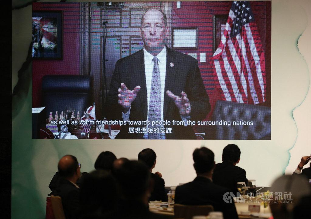 台灣亞洲交流基金會8日舉行「2020年玉山論壇」,晚宴時,美國聯邦眾議院外委會亞太小組共和黨首席議員游賀(Ted Yoho)透過影片發表短講。中央社記者張新偉攝 109年10月8日