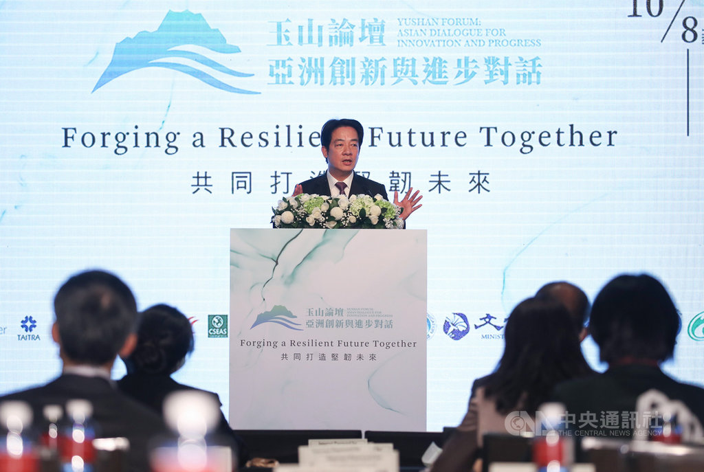 副總統賴清德(中)8日下午出席由台灣亞洲交流基金會所舉辦的2020玉山論壇「圓桌對話」,致詞時表示,台灣的民主自由正受到來自中國的威脅,但台灣會堅定維護自由民主理念。中央社記者張新偉攝 109年10月8日