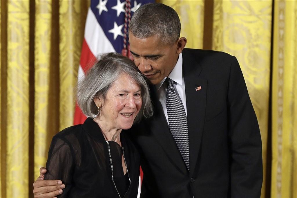 2020諾貝爾文學獎8日晚間揭曉,頒發給美國詩人露伊絲‧葛綠珂(左)。圖為2015年美國前總統歐巴馬(右)頒發美國國家人文獎章給葛綠珂。(美聯社)