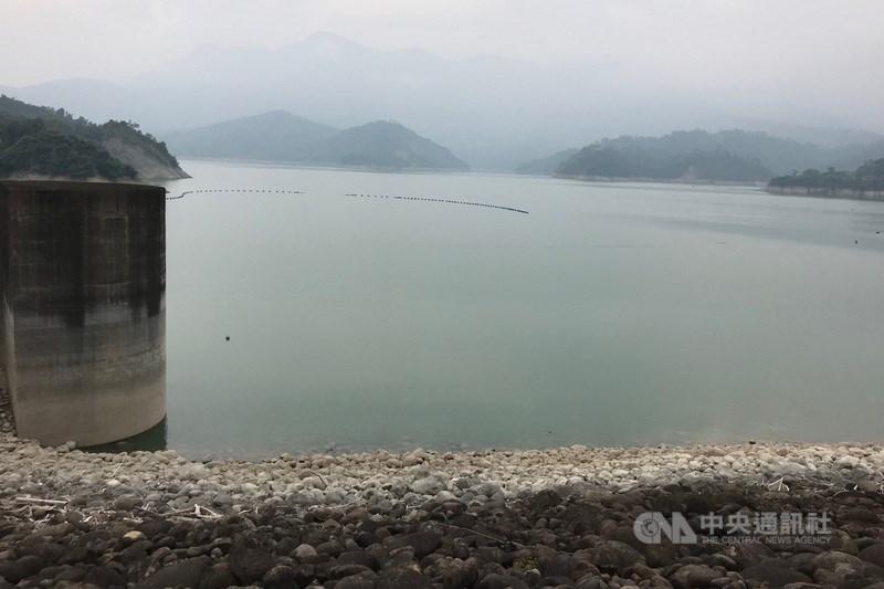 曾文水庫(圖)蓄水率跌破3成,台南市長黃偉哲22日表示,若再不下雨,台南12月可能減壓供水。(中央社檔案照片)
