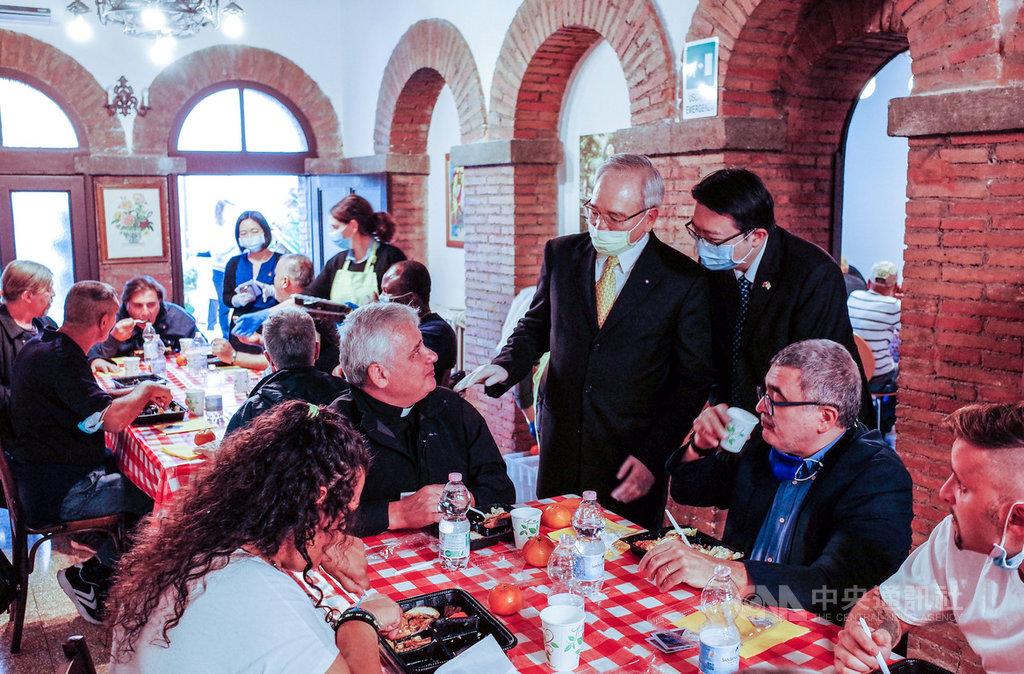 慈善活動在教廷街友之家舉行,這棟古色古香建築由教宗親自指定給街友使用,顯示教宗對街友的關懷。(駐教廷大使館提供)中央社記者黃雅詩梵蒂岡傳真  109年10月9日
