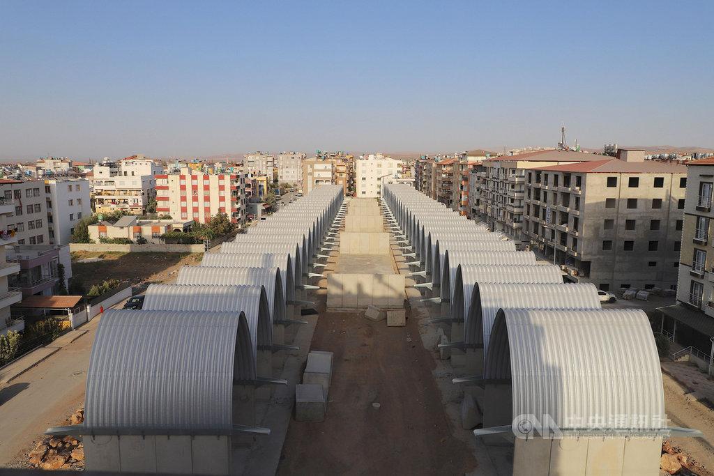 土耳其、敘利亞邊界台灣-雷伊漢勒世界公民中心建築主體完工,9日揭幕。圖為8日自高處鳥瞰建築主體已完工的台灣中心。中央社記者何宏儒雷伊漢勒攝 109年10月10日