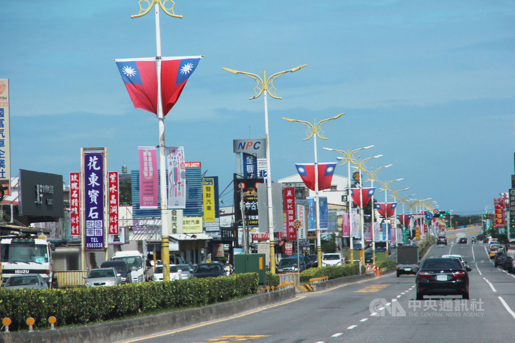 慶祝雙十國慶,花蓮縣政府在境內13鄉鎮市交通要道、縣政府周邊掛上國旗,青天白日滿地紅的色彩點綴街頭。中央社記者張祈攝 109年10月10日