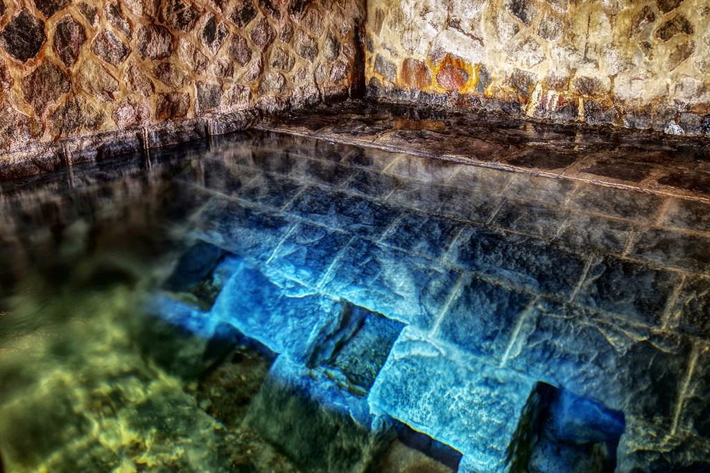 陽明山國家公園草山水道的水源禁地「藍寶石泉」過去僅在特定時間開放,台北自來水處9日表示,與旅行社合作,民眾透過旅行社就能參觀秘境,欣賞山景,還能直飲泉水。圖為藍寶石泉。(北水處提供)中央社記者劉建邦傳真 109年10月9日
