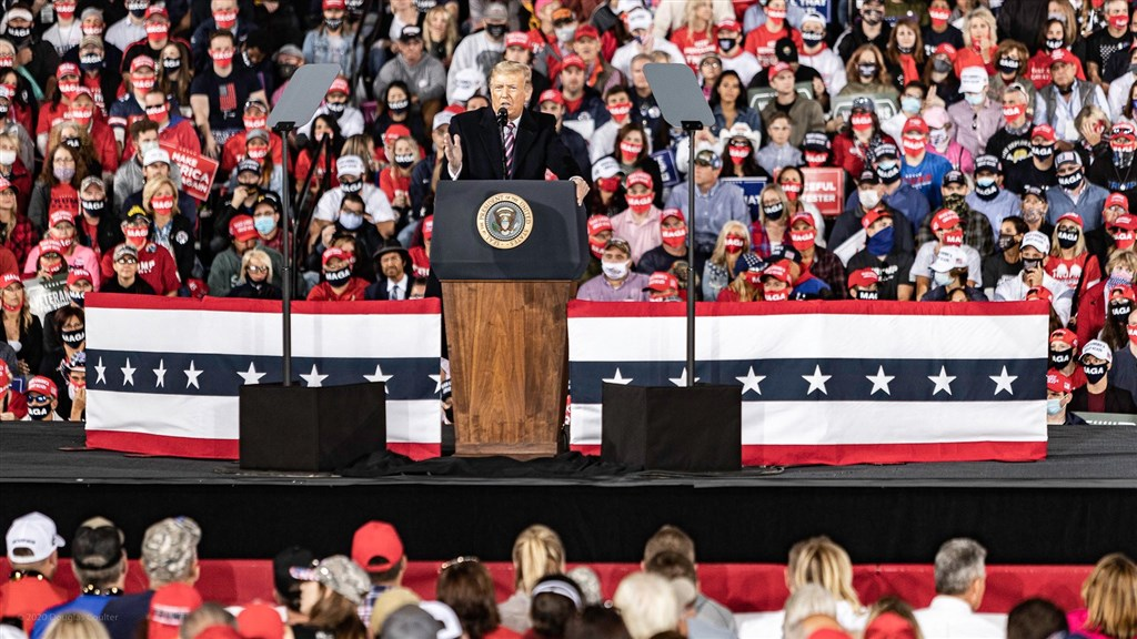 美國總統川普傳預計12日前往佛羅里達出席造勢活動,這是他確診武漢肺炎後首度參加公眾活動。圖為9月22日川普(台上講者)在賓州匹茲堡舉行造勢晚會。(圖取自twitter.com/realDonaldTrump)