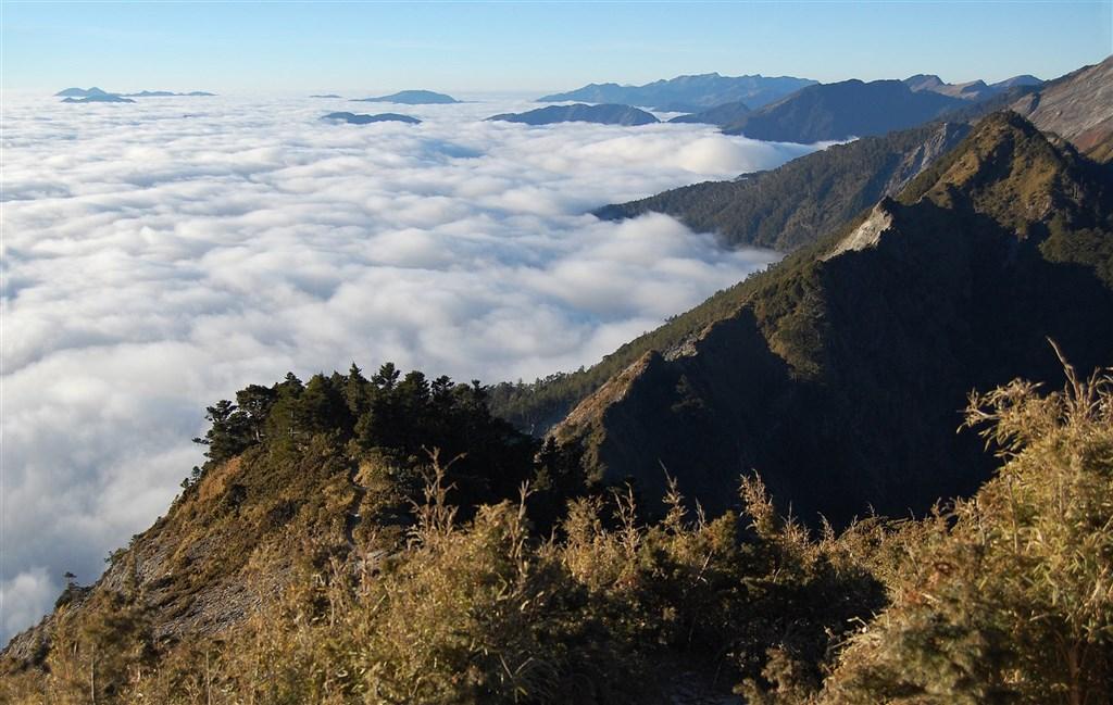 登山達人指出,民眾看到網路上的日出、雲海美照就出發,卻忽略行前準備、天候判斷與警急狀況處理。圖為在百岳之一「關山嶺山」拍攝到的雲海。(圖取自維基共享資源;作者Zilupe,CC BY 2.0)