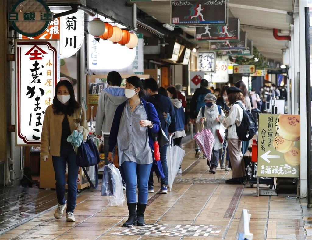 據日本放送協會自行統計,日本全境截至10日加上鑽石公主號郵輪共有8萬9766例確診。圖為日本神奈川縣箱根湯本車站前商店街民眾戴口罩。(共同社)