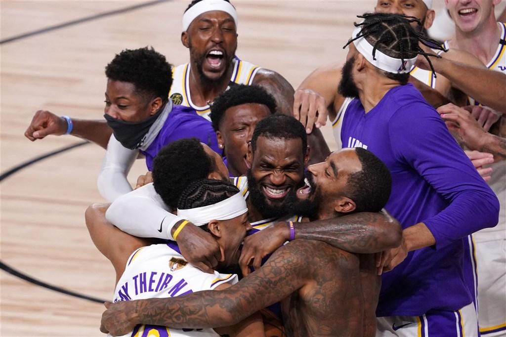 NBA湖人11日靠嚴防強攻一路領先,靠詹姆斯繳出「大三元」、戴維斯貢獻「雙十」成績帶領下,最終106比93擊敗熱火,拿下隊史第17座總冠軍。(美聯社)