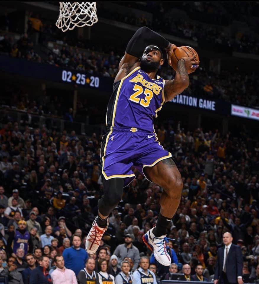 NBA湖人小前鋒詹姆斯今年在總冠軍賽第6戰,繳出28分、14籃板、10次助攻的大三元成績,率領湖人以106比93獲勝,助湖人在系列賽以4比2封王,拿下個人第4座總冠軍,並獲頒總冠軍賽MVP。(圖取自facebook.com/LeBron)