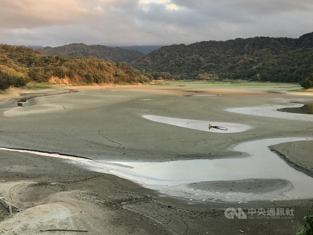 受颱風外圍環流加上東北風影響,苗栗地區稍有降雨,但這兩天累計雨量不到10毫米,明德水庫進水量幾乎是零,旱象仍未解除。中央社記者管瑞平攝 109年10月13日