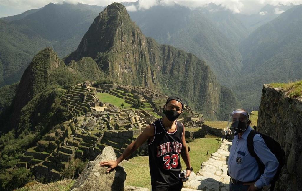日本遊客片山(左)因武漢肺炎疫情受困秘魯,等了快7個月,秘魯特別為他開放古印加帝國遺跡馬丘比丘。(圖取自instagram.com/p/CGQvpQcpk8p)