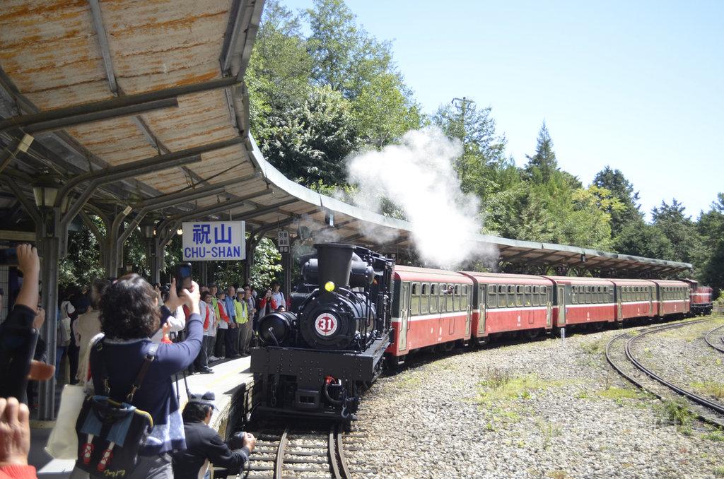 紀念祝山車站陪伴遊客34年,阿里山林鐵及文資處13日舉辦活動,啟動百年蒸汽火車SL-31向祝山站致敬,完成改建前最後的鐵道巡禮。中央社記者蔡智明攝 109年10月13日