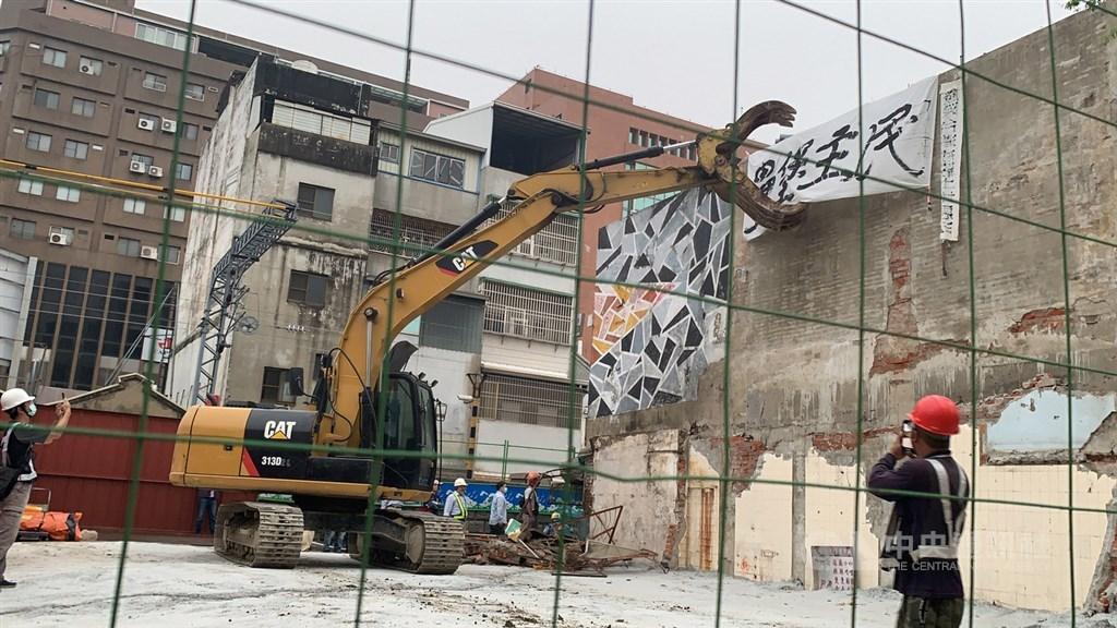 交通部鐵道局中部工程處13日凌晨發動奇襲,強制拆除台南市鐵路地下化沿線3戶拒遷戶。中央社記者張榮祥台南攝 109年10月13日