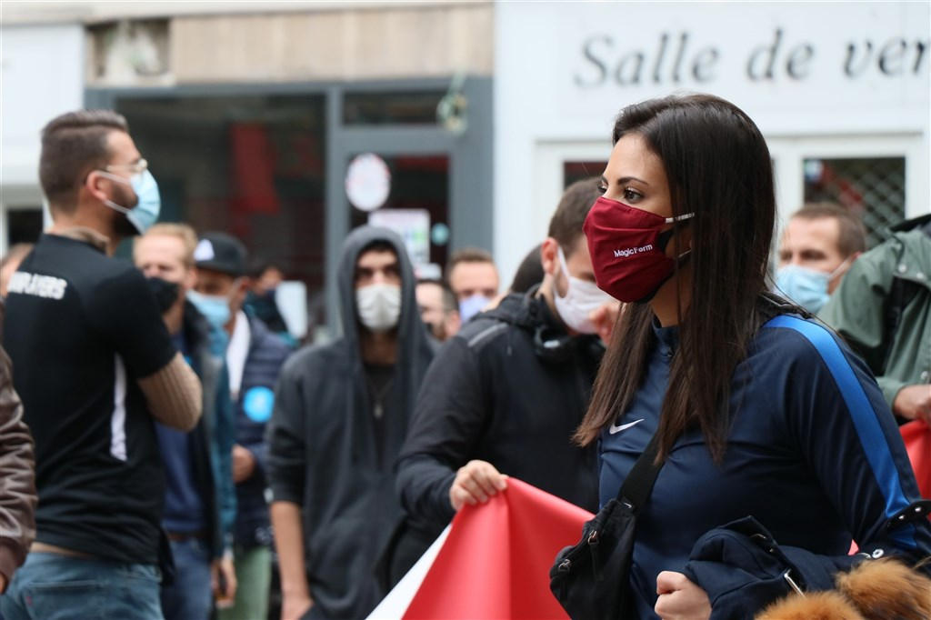 歐洲武漢肺炎疫情再度升溫,單週超過70萬人染疫創新高。圖為法國巴黎街頭民眾戴口罩。(安納杜魯新聞社)