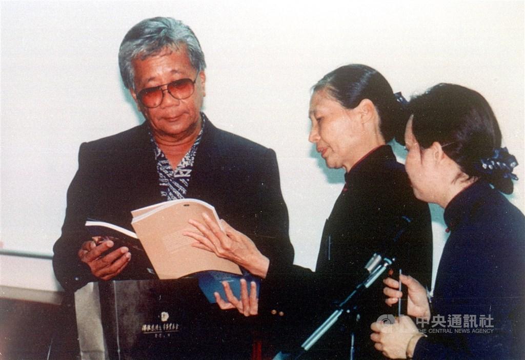 台灣邦交國帛琉共和國前總統中村國雄(左)14日辭世,享壽76歲。圖為2000年5月中村國雄率團到慈濟醫學院參訪。(中央社檔案照片)