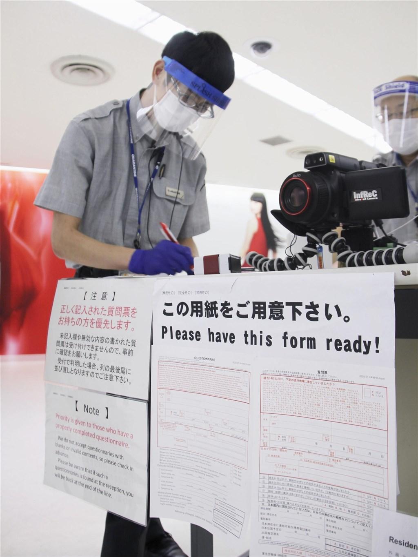 疫情指揮中心今天表示,近日接獲日本通知,檢出3例從台灣入境日本的抗原檢測陽性的無症狀個案。圖為日本成田機場入境檢疫站。(共同社)