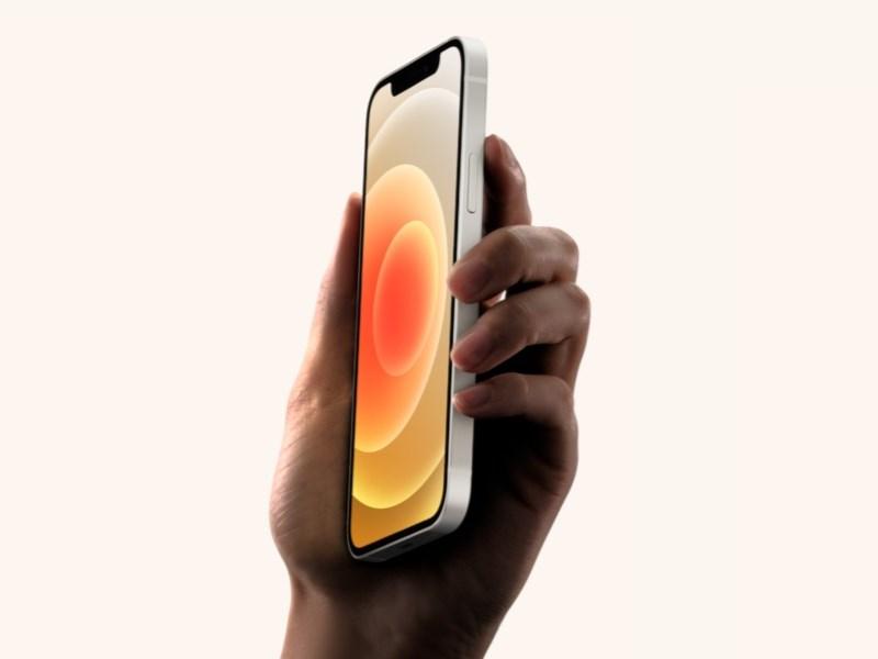 蘋果公司5G版iPhone 12系列手機包裝盒內將移除俗稱「豆腐頭」的充電器和有線耳機。(圖取自蘋果公司網頁apple.com)
