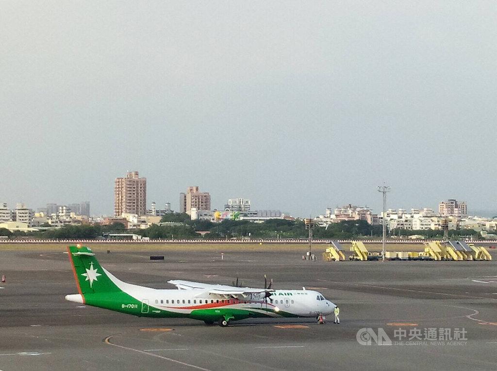 民航局15日指出,立榮航空一架執行高雄到東沙的ATR72-600型軍包任務班機,飛行至台北飛航情報區與香港飛航情報區交接點附近,經香港航管單位管告知飛經區域2萬6000呎以下有危險活動,拒絕立榮航班進入;基於安全考量,立榮航班折返。圖為立榮ATR72-600同型機。(讀者提供)中央社記者侯文婷傳真 109年10月15日
