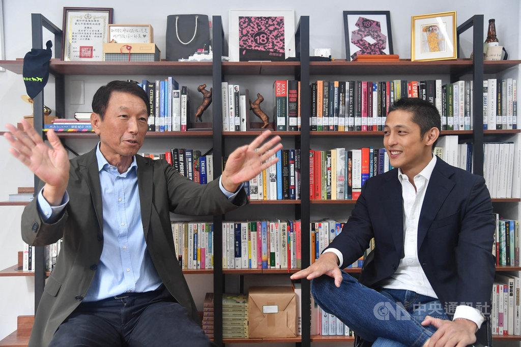 前參謀總長李喜明上將(左)接受專訪時表示,他與「壯闊台灣」創辦人吳怡農(右)提出國土防衛部隊的構想,目的是透過善用包括後備軍力的一切可用資源,推動台灣建立可信的嚇阻力,以嚇阻戰爭。中央社記者鄭清元攝 109年10月15日