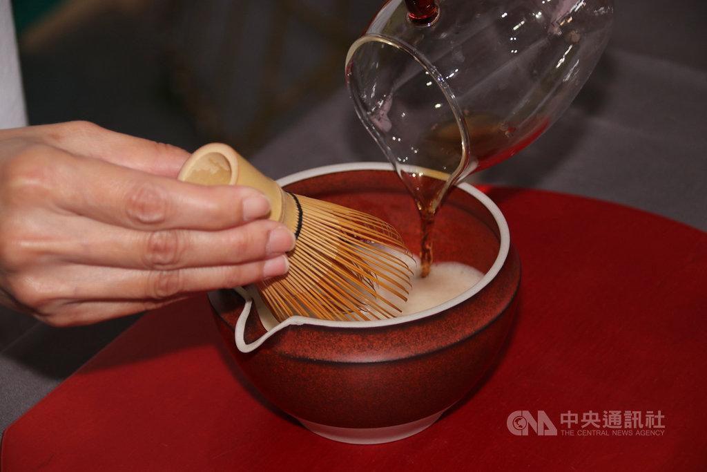 太極美地茶學院在南投世界茶業博覽會推廣宋代點茶,介紹傳統同時結合新思維,過程先將茶湯分次倒入茶碗,再持茶筅前後擊拂茶碗內茶湯,直到產生一層厚厚「沫浡」,也就是俗稱的泡沫,接著倒入高腳杯,再添加牛奶或檸檬、冰塊、果糖,一杯結合傳統與現代的茶飲就此誕生。中央社記者蕭博陽南投縣攝 109年10月15日