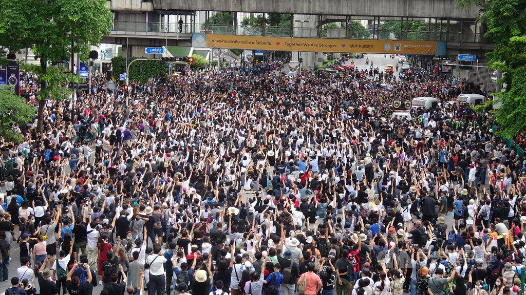 泰國反政府示威者無懼緊急命令,15日下午聚集在曼谷鬧區,直接就地占領叻巴頌路口。中央社記者呂欣憓曼谷攝 109年10月15日