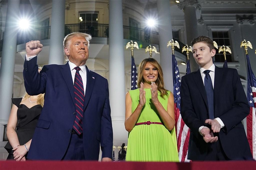 美國第一夫人梅蘭妮亞(中)14日表示,她和美國總統川普(右)所生的兒子拜倫(左)也曾確診武漢肺炎。圖為8月27日3人出席共和黨全國代表大會。(美聯社)