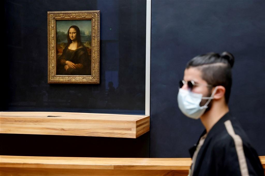 法國新型冠狀病毒疫情已出現第二波反撲,總統馬克宏宣布,大巴黎地區以及8個大城市將於17日開始實施4到6週宵禁。圖為14日一名遊客在人潮稀少的羅浮宮觀展。(法新社)