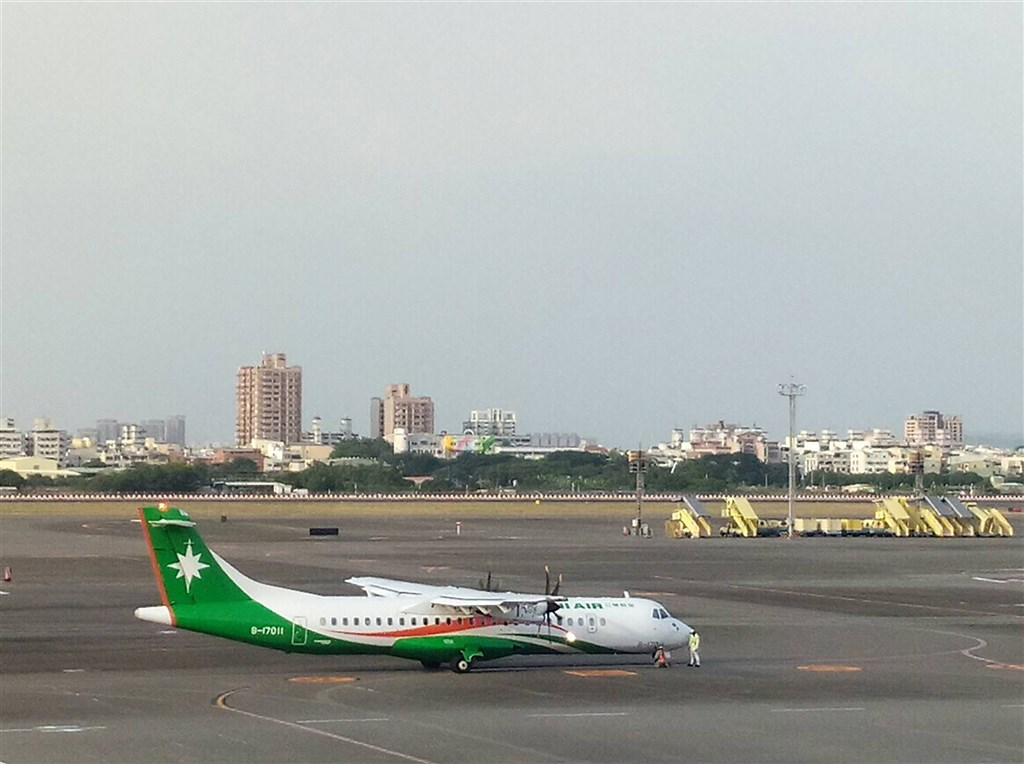 立榮航空一架執行高雄到東沙的ATR72-600型包機,15日飛行至台北飛航情報區與香港飛航情報區交接點附近,遭香港航管單位人員以行經區域有危險攔阻,包機只得折返高雄。圖為立榮ATR72-600同型機。(讀者提供)