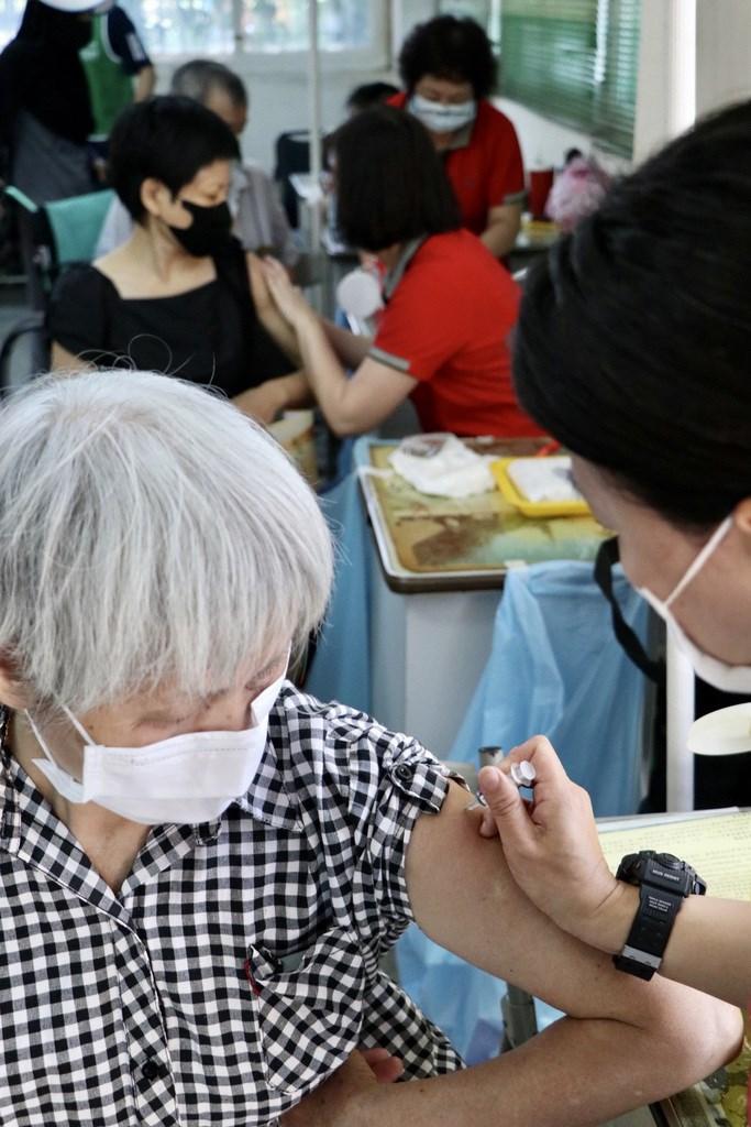 民眾踴躍施打流感疫苗,桃園市府衛生局15日宣布19日起開始配額調控措施,以偏鄉長者及幼兒優先,後續將視狀況調整。(中央社檔案照片)