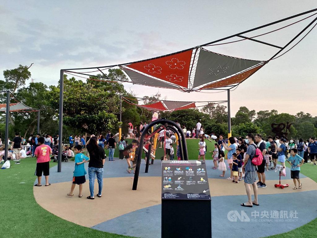 台中市大甲區鐵砧山風景特定區雕塑公園二期工程已完工,觀景平台、全齡式共融遊具和體健設施9月底啟用,吸引許多遊客湧入。中央社記者趙麗妍攝 109年10月16日