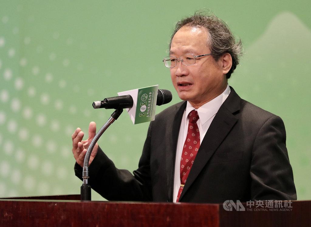 經濟部、環保署及農委會16日合辦「2020台灣循環經濟高峰會」,農委會副主委黃金城出席致詞,強調農委會近年來推動農業產業結構調整,更重要的是循環再利用,這樣台灣農業轉型才能往上調整。中央社記者張皓安攝 109年10月16日