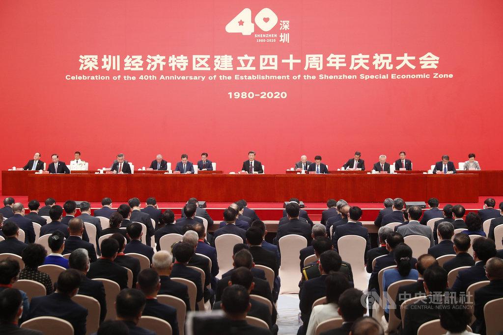 深圳特區成立40週年,學者指出,下一步最重要的應是法治化改革,深圳若能從經濟走向政治領域的改革,示範效應會更大。圖為14日舉行的深圳經濟特區成立40週年慶祝大會。(中新社提供)中央社 109年10月16日